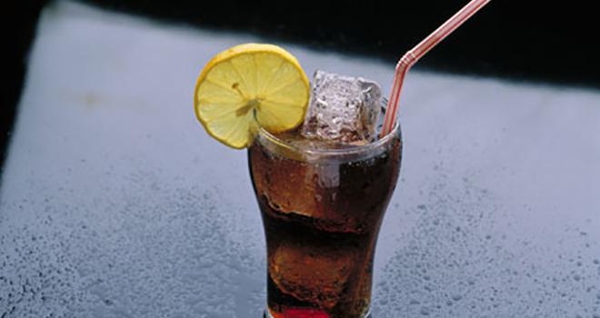 Efectos secundarios de los refrescos - Vaso de cola con hielo y limón